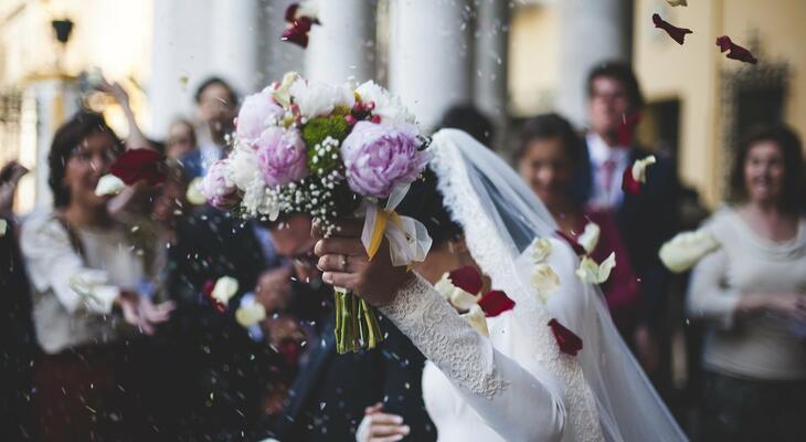 481f45de3e Az esküvő az egyik legszebb és legfontosabb esemény az életünkben. Így ha  gyönyörű esküvőt szeretnénk, kezdjünk el időben gondolkodni még a legapróbb  ...