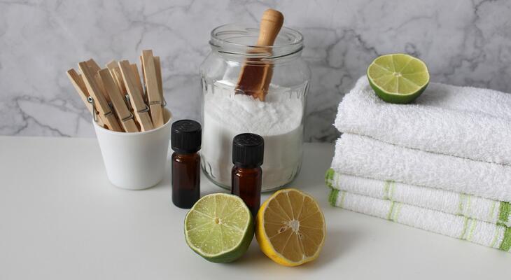 Manapság egyre több háziasszony használ természetes tisztítószereket a takarításhoz, barátnőm már nekem is mesélt a praktikáiról, én viszont még nem próbáltam, de kíváncsivá tett a téma.